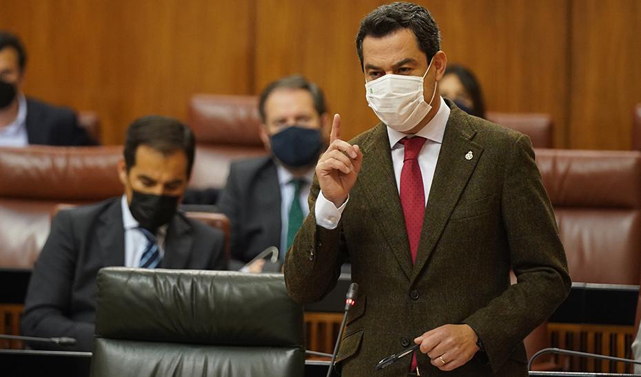 Moreno respondió a las preguntas de los grupos parlamentarios en el Pleno de la Cámara andaluza.