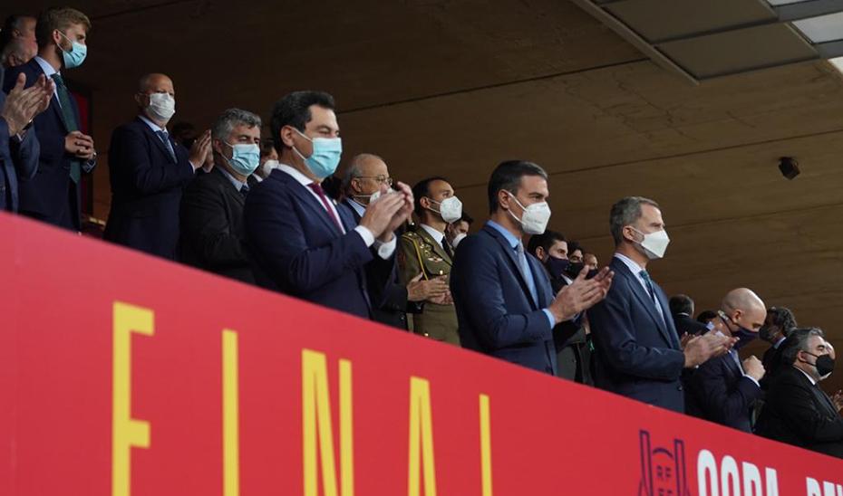 Moreno, junto a Sánchez y Don Felipe, en el comienzo de la Final de la Copa del Rey, que se ha celebrado en el Estadio de la Cartuja de Sevilla.