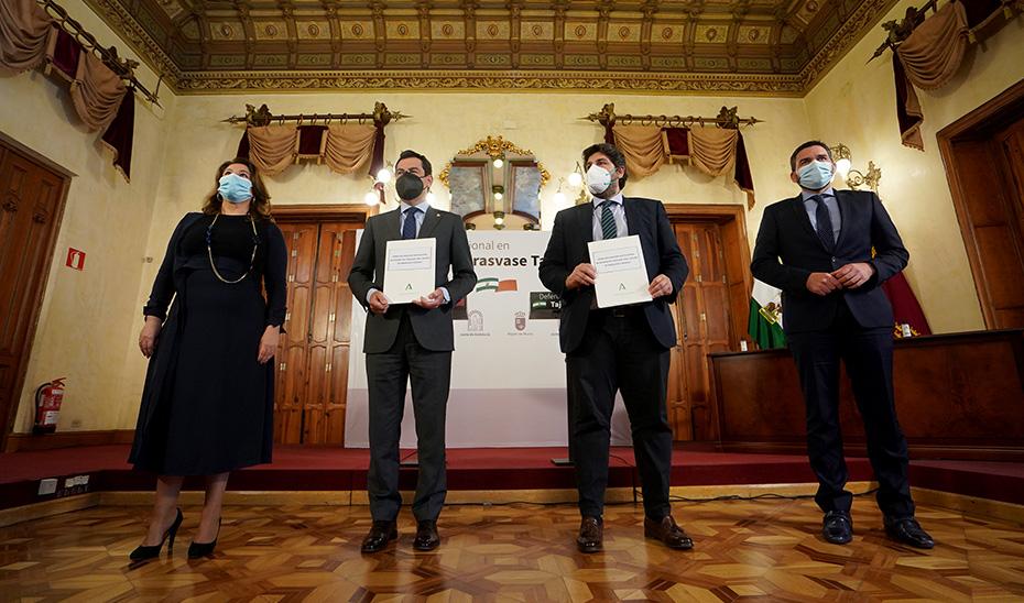Juanma Moreno firma la declaración institucional en defensa del trasvase Tajo-Segura con el presidente de Murcia
