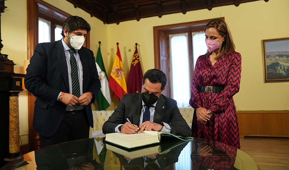 Juanma Moreno firma la declaración en defensa del trasvase Tajo-Segura en la delegación de la Junta en Almería.