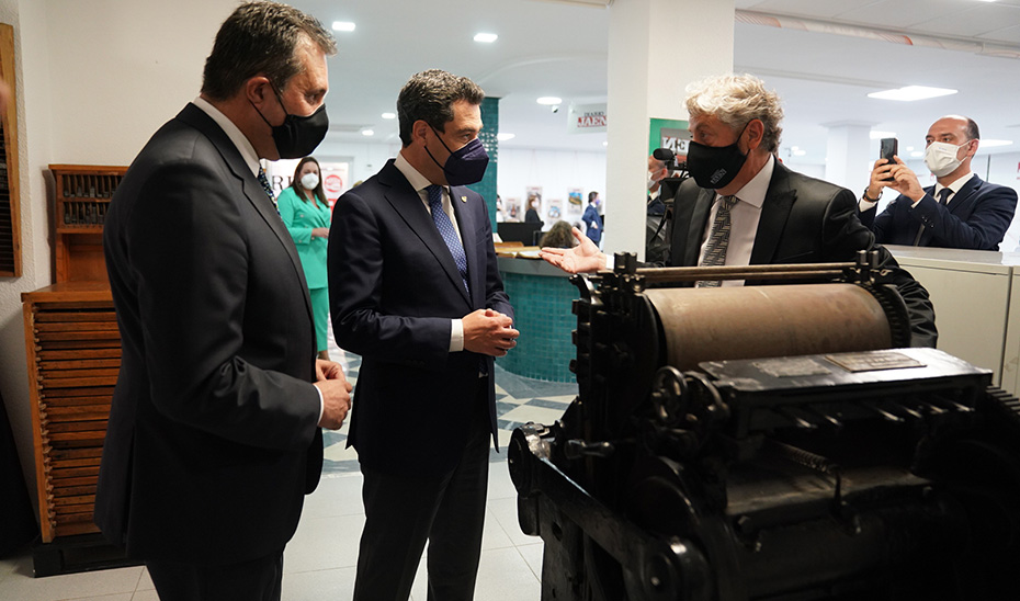 Juanma Moreno conversa con Juan Espejo, director de Diario Jaén, en las instalaciones del periódico.