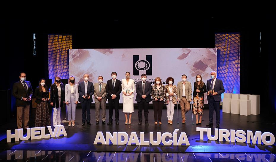 El vicepresidente de la Junta, Juan Marín, posa junto a todos los premiados.