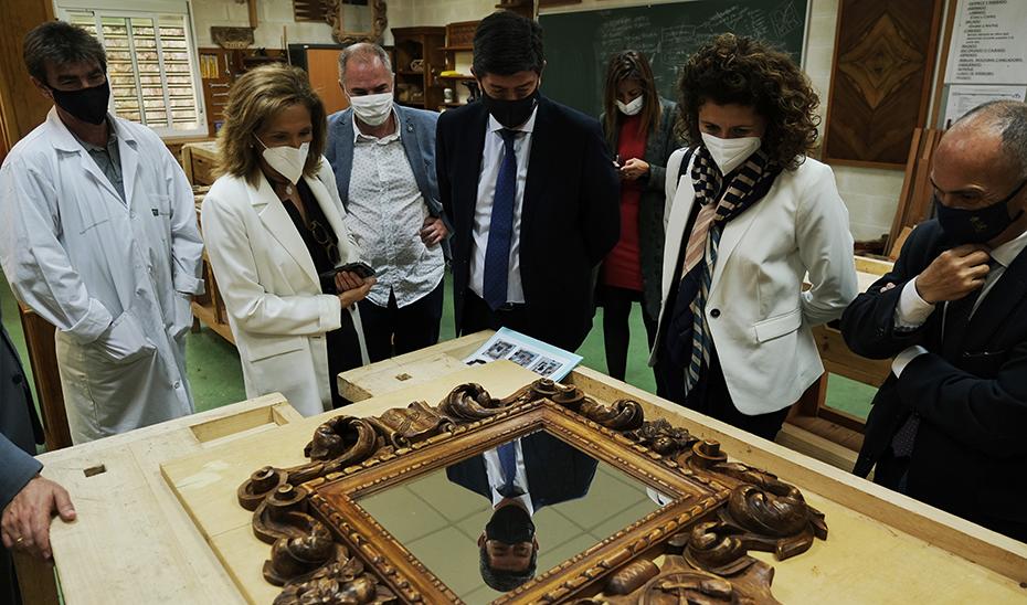 Juan Marín observa cómo se hace un espejo en uno de los talleres.