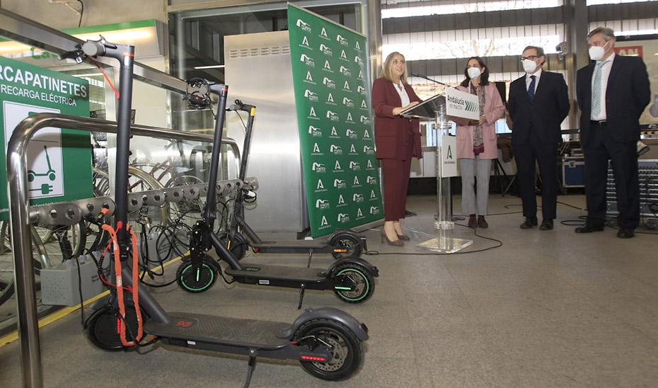 La consejera Marifrán Carazo, durante la presentación del aparcamiento de patinetes eléctricos del Metro de Sevilla.