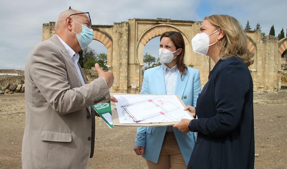 La secretaria general de Patrimonio Cultural, Macarena O'Neill, junto a la delegada territorial, Cristina Casanueva y Antonio Vallejo, director del conjunto arqueológico.