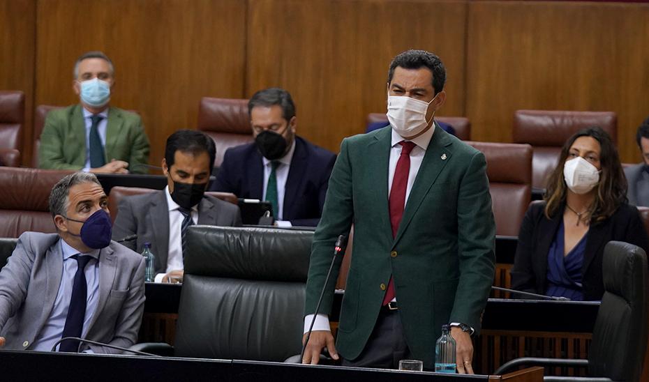El presidente de la Junta responde a las preguntas de la oposición desde su escaño.