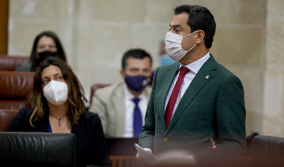 Juanma Moreno, en un momento del pleno celebrado este jueves en el Parlamento de Andalucía.