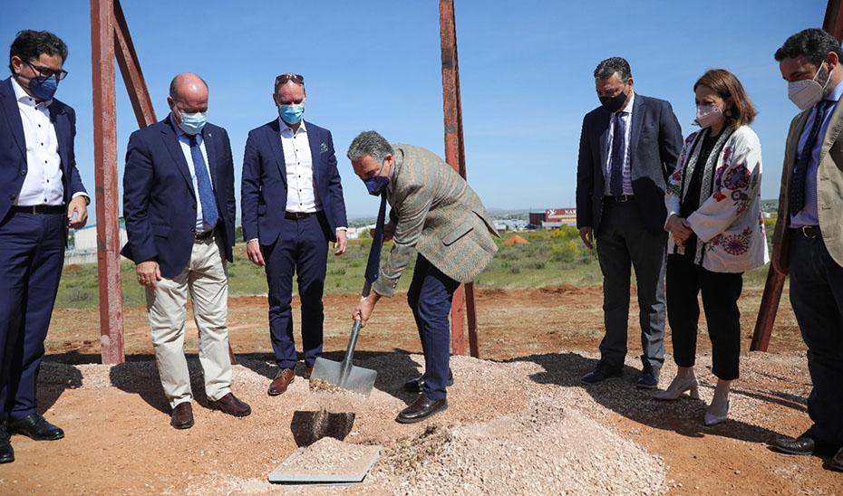 Elías Bendodo asistió a la colocación de la primera piedra de la fábrica de la empresa Lumon.