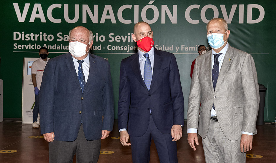 Los consejeros de Educación y de Salud, Javier Imbroda y Jesús Aguirre, respectivamente, acompañados del presidente de la Real Federación Española de Fútbol, Luis Rubiales.