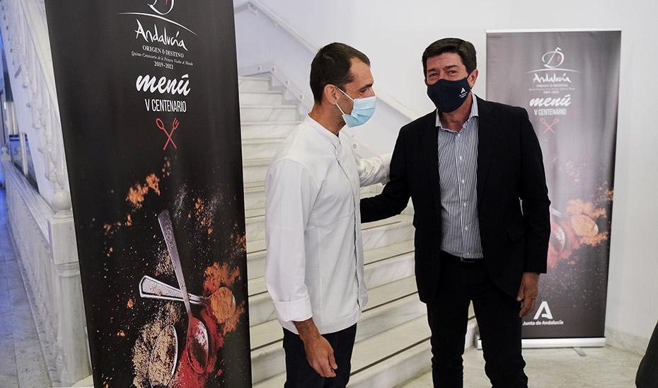 El vicepresidente y consejero de Turismo, Juan Marín, junto al autor del Menú del V Centenario.