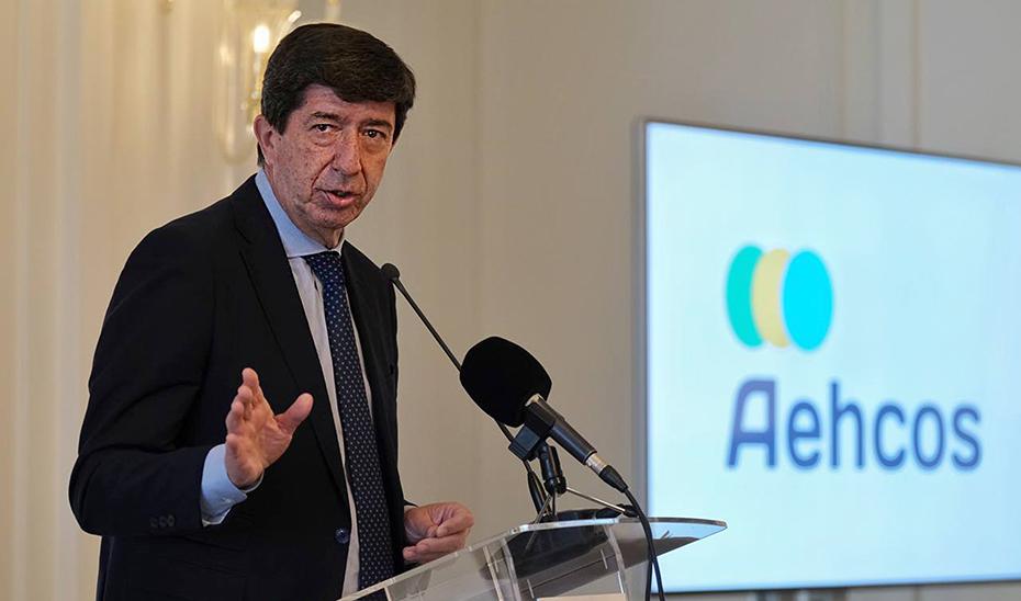 El vicepresidente de la Junta y consejero de Turismo, Juan Marín, durante el foro Aehcos.