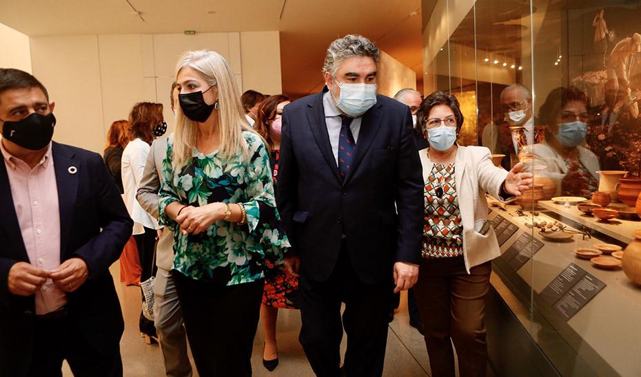 La consejera Patricia del Pozo junto al ministro de Cultura recorriendo este viernes el Museo Íbero de Jaén.