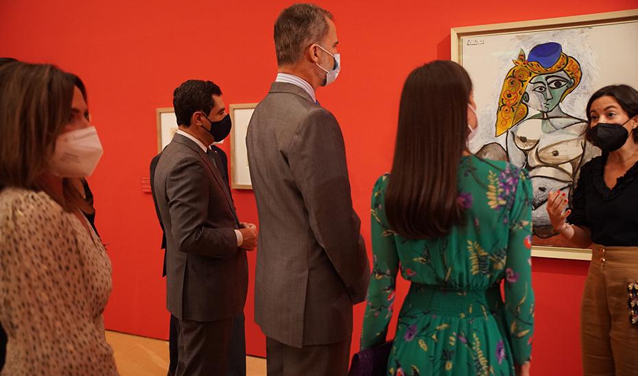 Moreno, junto a los Reyes, recorren la exposición Odalisca, en la Alhambra de Granada.