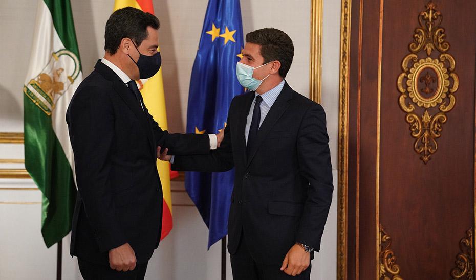 El presidente saluda al portavoz de Ciudadanos en el Parlamento, Sergio Romero.