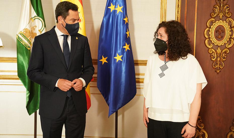 Juanma Moreno con la portavoz parlamentaria de Adelante Andalucía, Inmaculada Nieto.