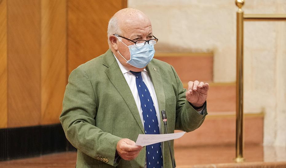 El consejero Jesús Aguirre respondiendo a las preguntas de los grupos parlamentarios desde su escaño.