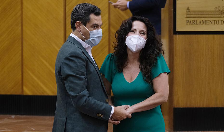 El presidente Juanma Moreno junto a la consejera Rocío Ruiz, tras la aprobación de la Ley de Infancia y Adolescencia.