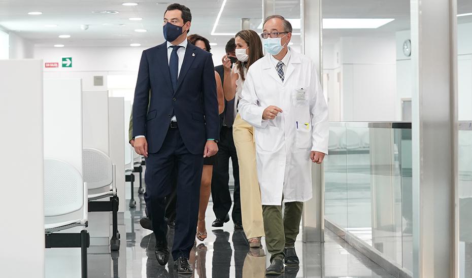 El presidente Juanma Moreno recorriendo la nueva instalación sanitaria onubense.