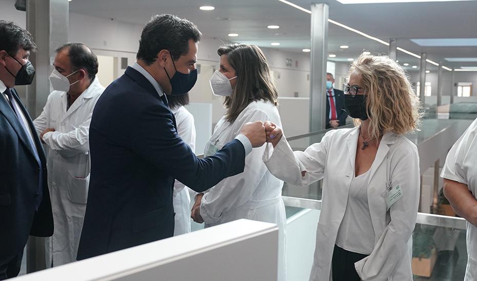 Moreno saluda a una de las profesionales sanitarias del nuevo centro de salud de Isla Chica.