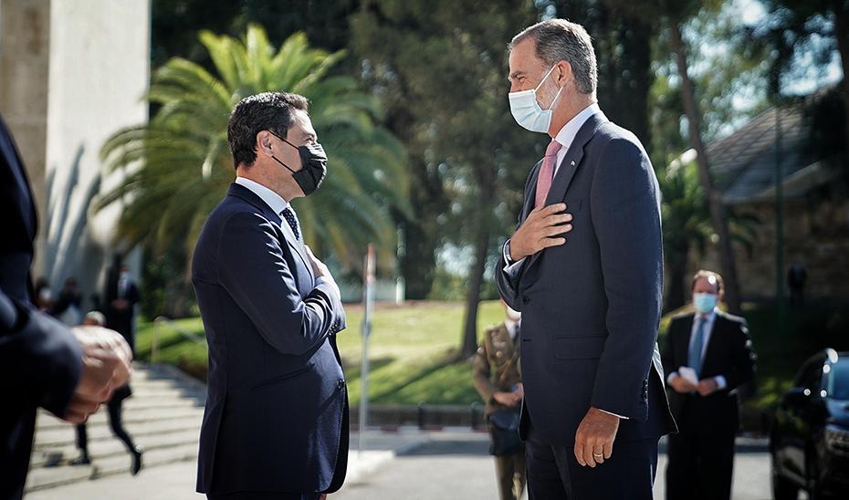 El presidente de la Junta, Juanma Moreno, saluda a Su Majestad el Rey, Don Felipe VI.