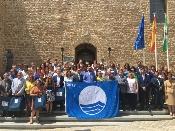 Fernández subraya el compromiso de Andalucía con la sostenibilidad del litoral, con 107 banderas azules en 2017