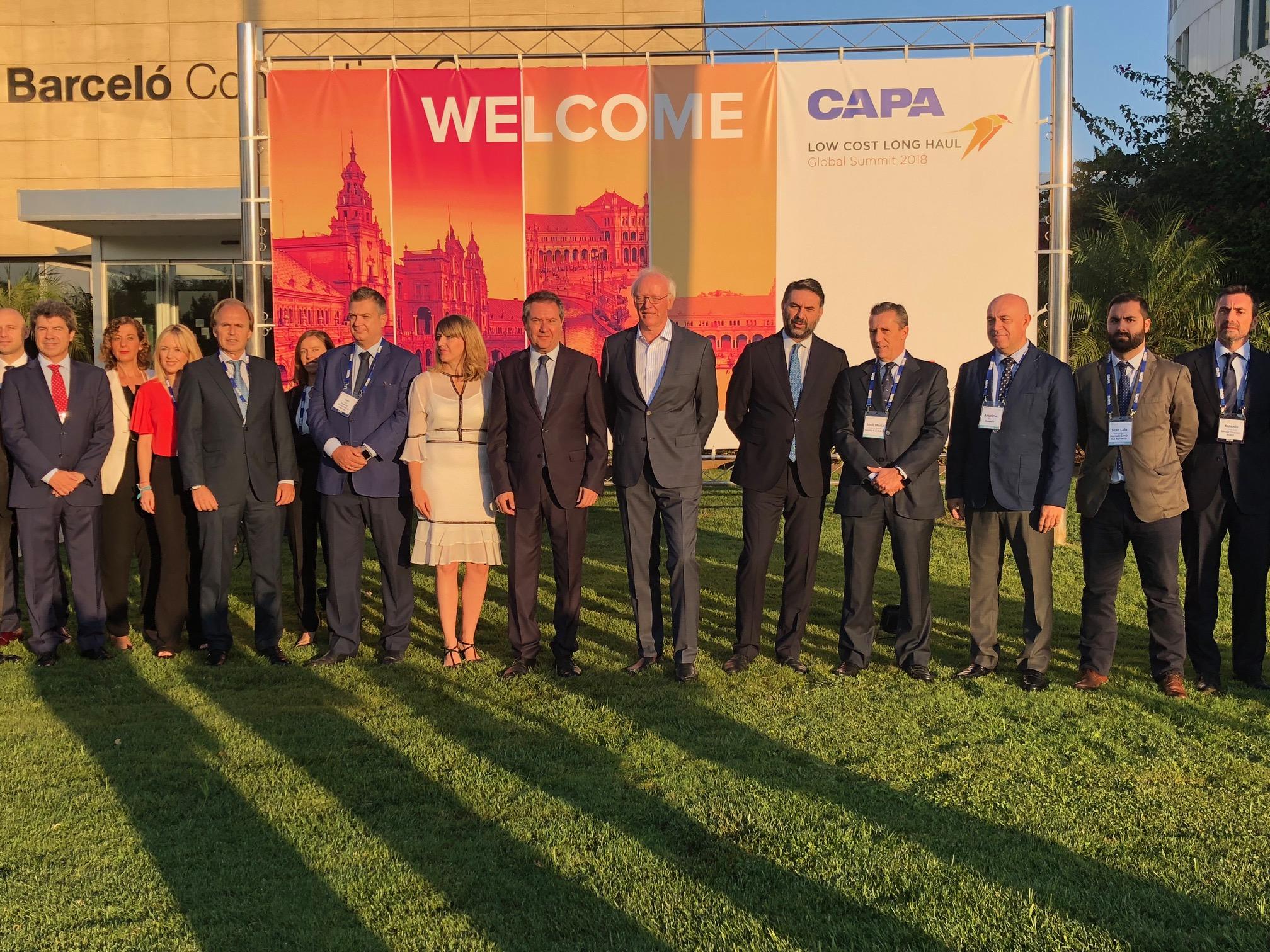 Fernández valora la importancia de las compañías aéreas 'low cost' porque permiten mayor conectividad para los destinos