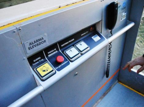 Elevador vertical para el acceso a los aseos