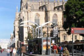 Parada de tranvía junto a la Catedral