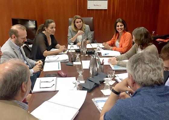 La Junta impulsa un frente común para reforzar la concesión de banderas azules en Andalucía