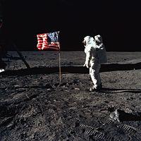 Aldrin pone la bandera de USA en la Luna