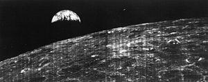 La primera foto de la Tierra vista desde la Luna fue transmitida el 23 de agosto de 1966 desde el Lunar Orbiter I a la estación espacial de Robledo de Chavela.