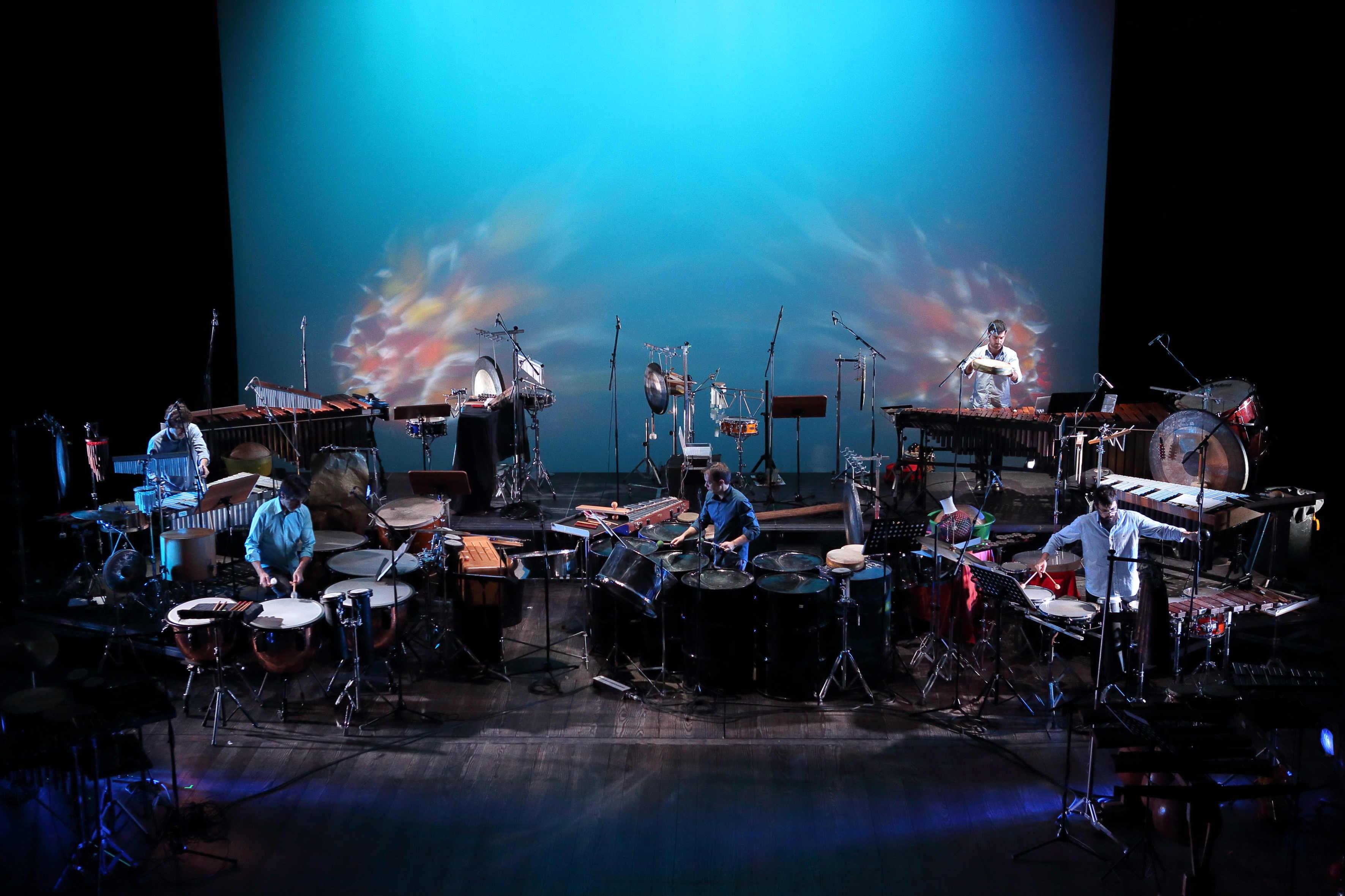 Actuación de Drumming Percussão