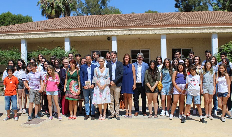 La consejera de Cultura posa con los jóvenes escritores en la inauguración de la Escuela de Verano