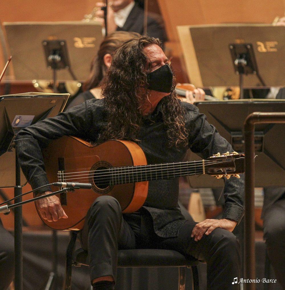 Tomatito con la OCAL dirigida por Michael Thomas © Antonio Barce