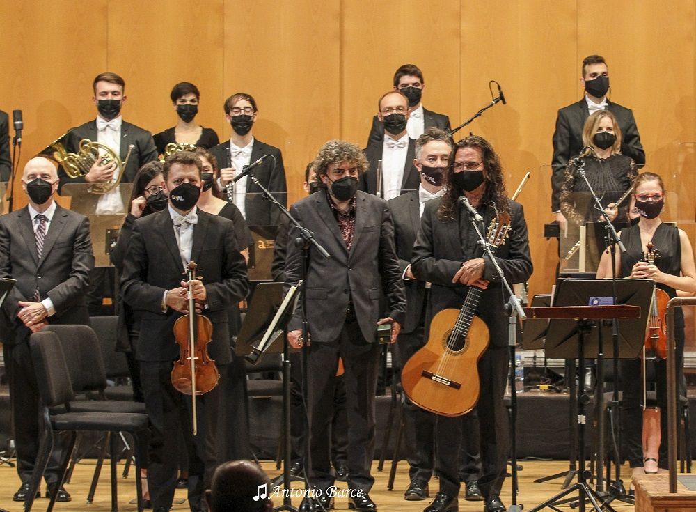 Tomatito y Antonio Serrano con la OCAL dirigida por Michael Thomas © Antonio Barce