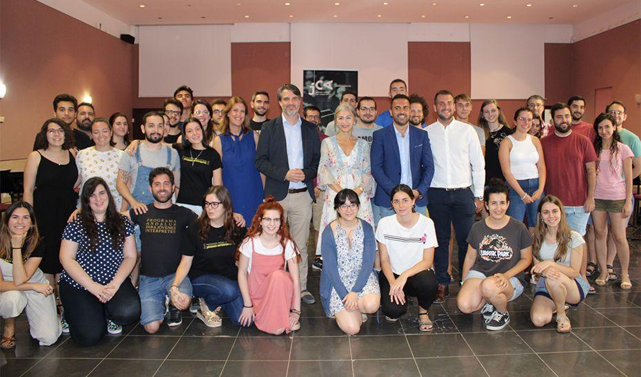 Patricia del Pozo, con los integrantes del Joven Coro de Andalucía, reunidos en Mollina para su encuentro de verano