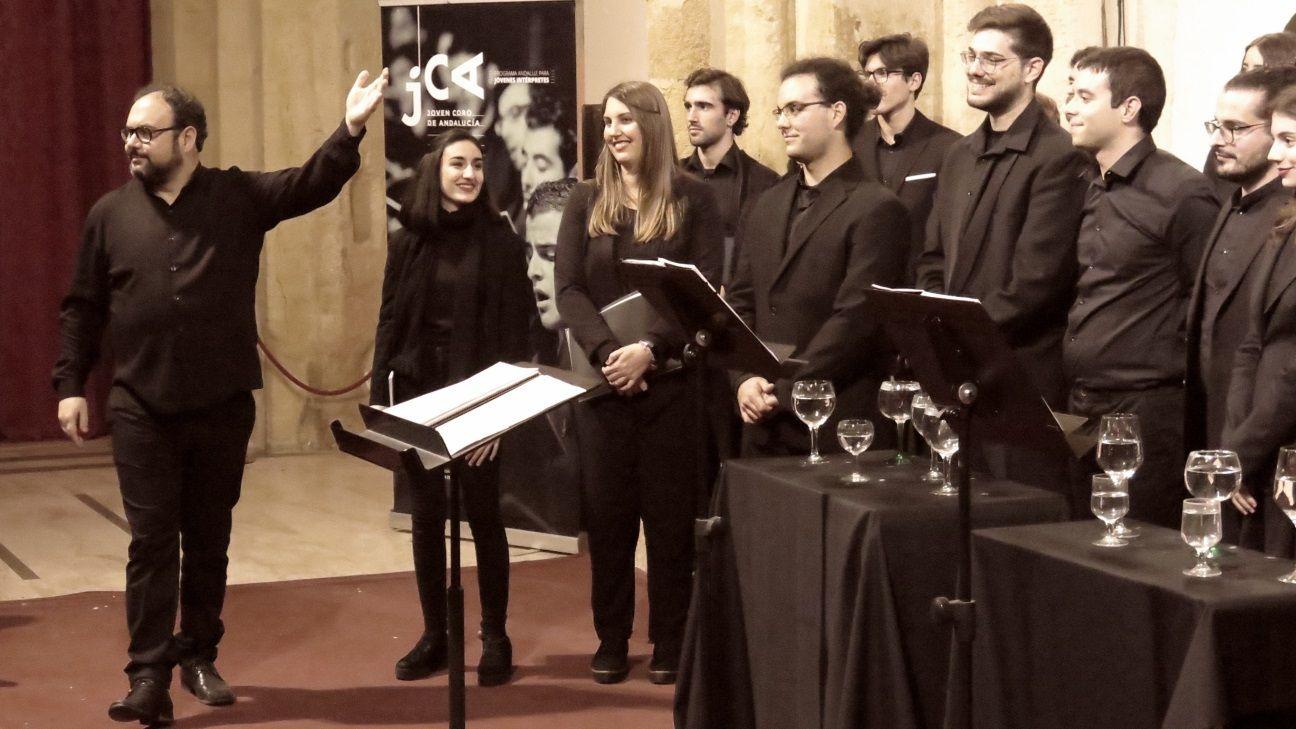 Marco Antonio García de Paz, director del Joven Coro de Andalucía, junto a sus integrantes en foto de archivo.