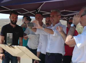 El consejero de Cultura, Miguel Ángel Vázquez, durante la presentación de la aplicación y comprobando las posibilidades de esta herramienta desde su propio móvil