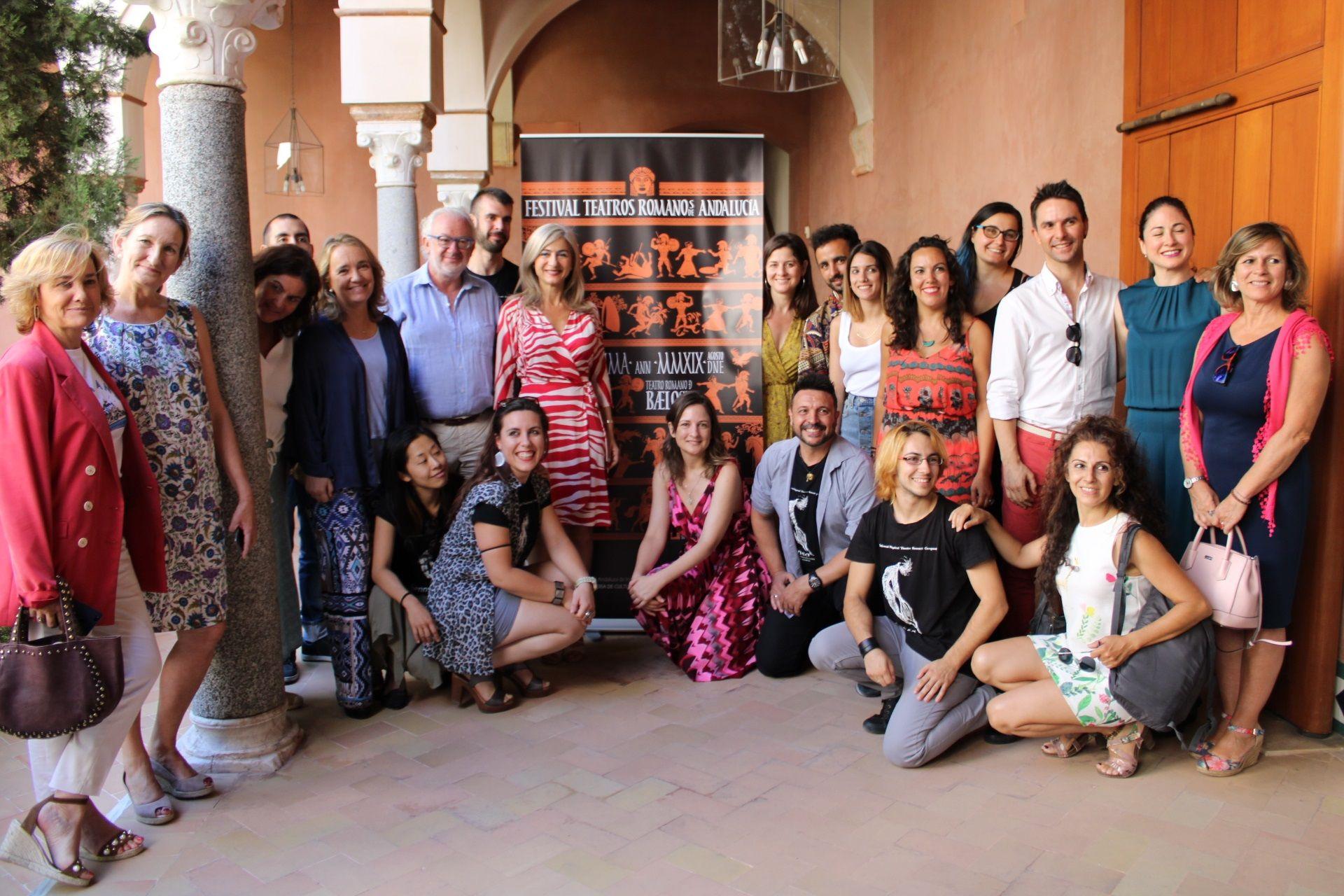 La consejera de Cultura posa con artistas y directores de las compañías que participan en el Festival de los Teatros Romanos