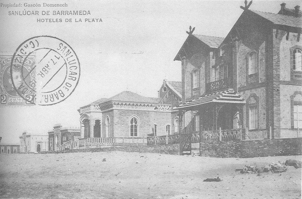 """Los """"hoteles"""" (chalés) de la playa a principios del siglo XX. Dominio público, https://commons.wikimedia.org/w/index.php?curid=1892068"""