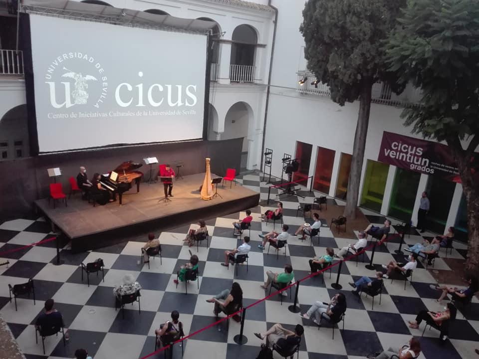 Cine de verano el el patio del CICUS