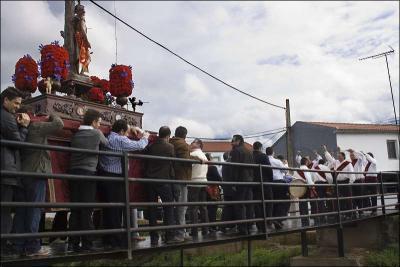 La procesión cruzando el puente Autor: Erica Bredy Fecha: 2010 Fuente: Instituto Andaluz del Patrimonio Histórico