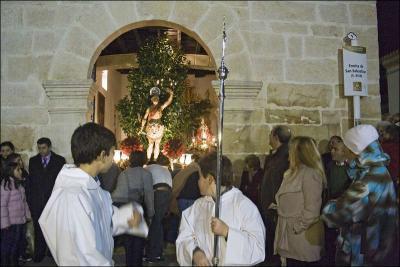 Salida de la imagen del San Sebastián desde la Ermita Autor: Mª del Rosario Ortiz Amores Fecha: 2010 Fuente: Instituto Andaluz del Patrimonio Histórico