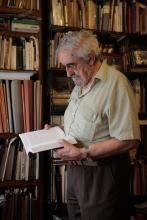 Julio Martínez Velasco en su biblioteca