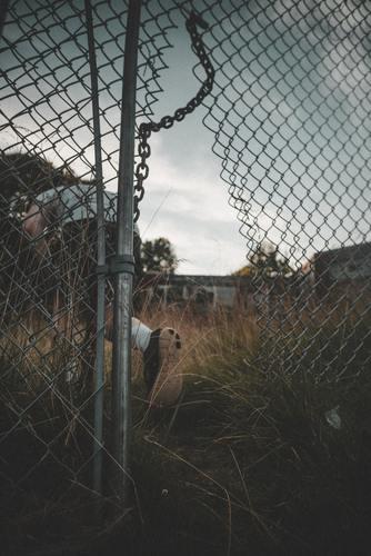 Fondo ( person-going-through-a-broken-wire-fence-2953898.jpg )