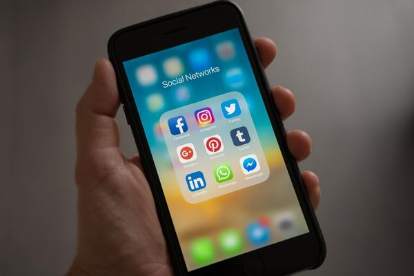 Fondo ( apple-applications-apps-cell-phone-607812.jpg )