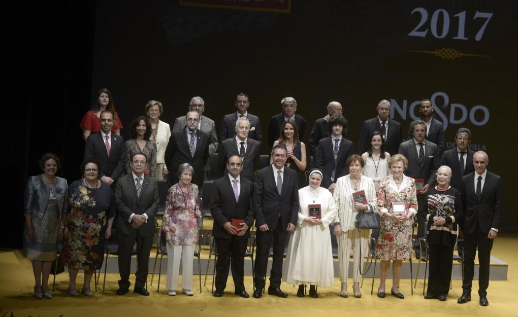 Foto familia entrega medalla (foto_familia_medallas.jpg)