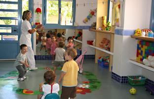 Niños y niñas en el aula