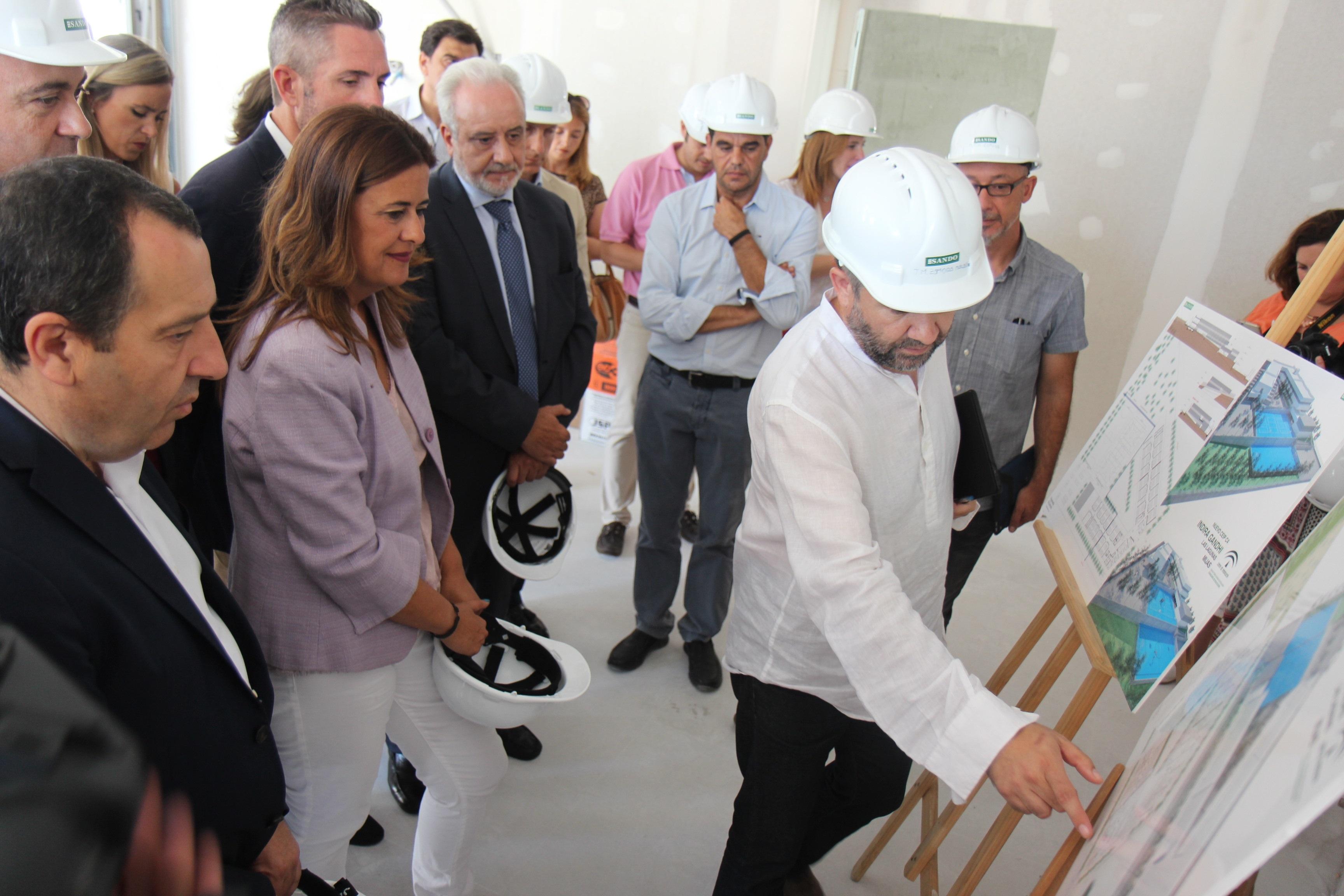 Sonia Gaya visita las obras del CEIP Indira Gandhi de Mijas