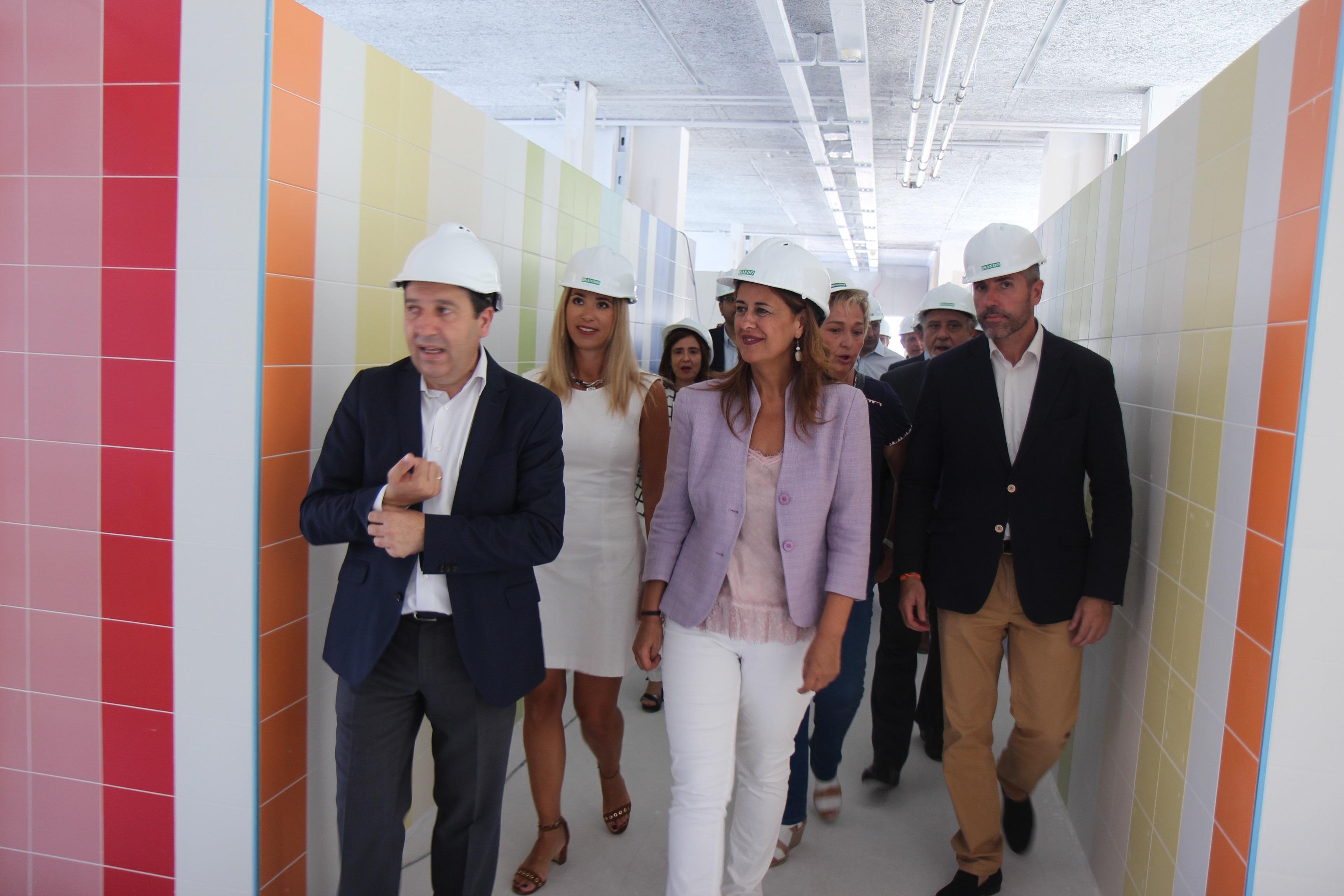 La consejera recorre las nuevas instalaciones del Indira Gandhi de Mijas